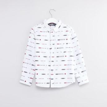 قميص بياقة عاديّة وأكمام طويلة وطبعات