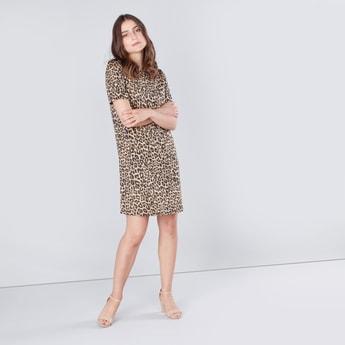 فستان واسع متوسط الطول بأكمام قصيرة وتفاصيل جيوب