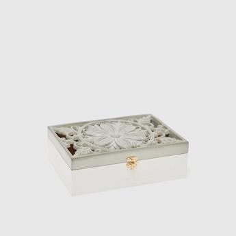 صندوق خشبي مزيّن بارز الملمس