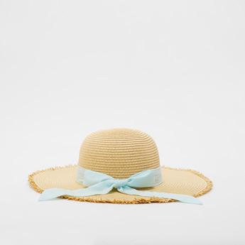 قبعة من القش بفيونكة متباينة وتفاصيل مهترئة