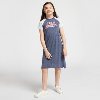 فستان مخطط بياقة مستديرة وأكمام مغايرة