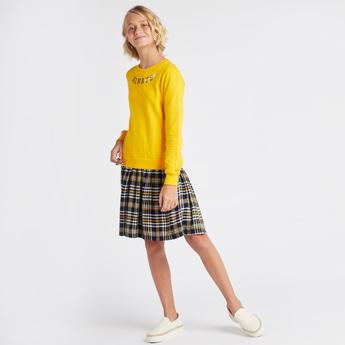 فستان قصير بياقة مستديرة وأكمام طويلة وطبعات شعار
