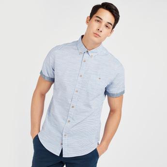 قميص بارز الملمس بأكمام قصيرة وجيب على الصدر