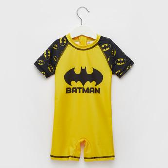 ملابس سباحة بياقة مستديرة وأكمام قصيرة وطبعات باتمان