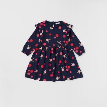 فستان بأكمام طويلة وياقة مستديرة وطبعات تزينه بالكامل وتفاصيل كشكش
