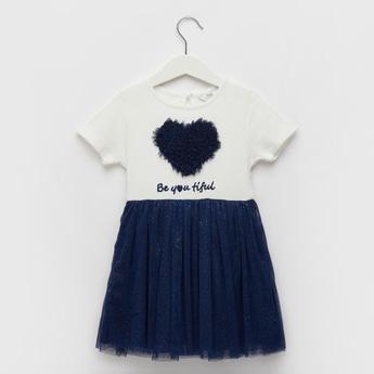 فستان بطول الركبة وتفاصيل شبكية وزخارف قلب