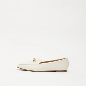حذاء مسطّح سادة بتفاصيل معدنيّة