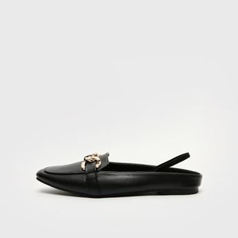 حذاء سادة سهل الارتداء بتفاصيل سلسلة وحزام خلفي