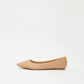 حذاء باليرينا بتفاصيل مغرّزة وكعب مسطّح