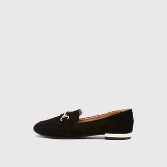 حذاء سهل الارتداء بإبزيم