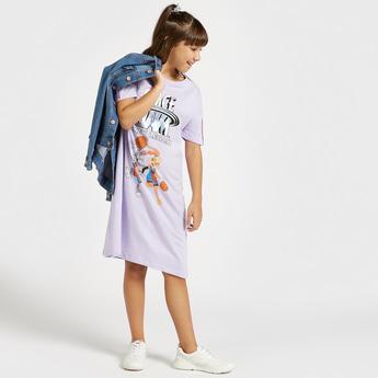 فستان بطبعات جرافيك لوني تيونز بياقة مستديرة وأكمام قصيرة