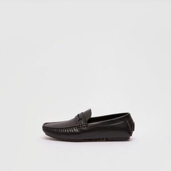 حذاء سهل الارتداء مزين بثقوب