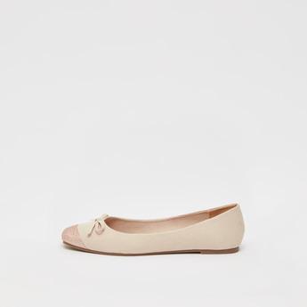 حذاء بالرينا بارز الملمس سهل الارتداء بزينة فيونكة