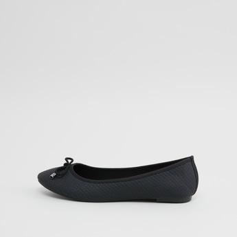 حذاء باليرينا بارز الملمس مزيّن بفيونكة