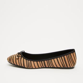 حذاء باليرينا مخطّطة بزخرفة فيونكة مع كعب مسطّح