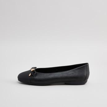 حذاء باليرينا سهل الارتداء بارز الملمس وبتفاصيل فيونكة