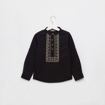 قميص مطرّز بياقة ماندارين وأكمام طويلة