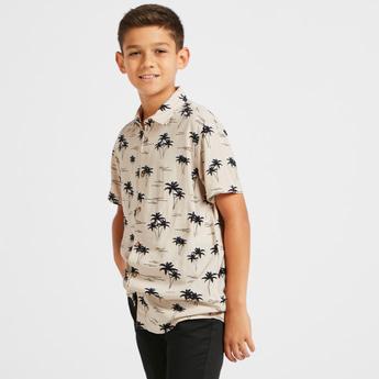 قميص بياقة عادية وأكمام قصيرة وطبعات نخيل