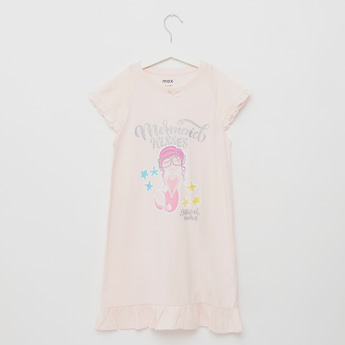 قميص نوم بياقة مستديرة وأكمام كاب وطبعات جليتر