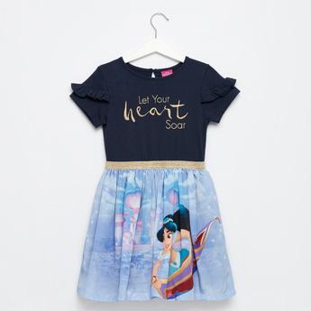 فستان بطبعات جاسمين وتفاصيل كشكش وتطريزات شعار
