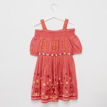 فستان مكشوف الأكتاف بتطريزات زهرية