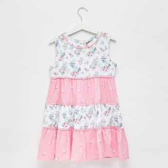 فستان متعدد الطبقات دون أكمام بطول الركبة وطبعات زهرية