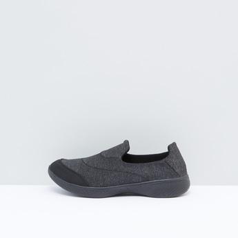 حذاء سهل الارتداء بخياطة بارزة
