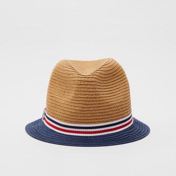 قبعة بقوالب ملوّنة وشريط مخطط