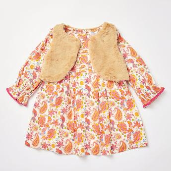 فستان بأكمام طويلة وطبعة بيزلي مع جاكيت جيليه قطيفة