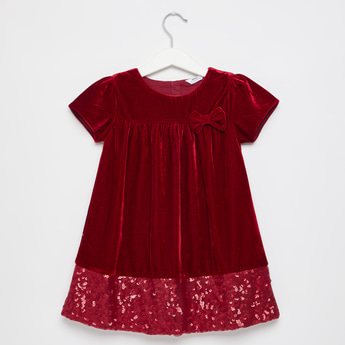 فستان بياقة مستديرة بتزيينات ترتر و فيونكة