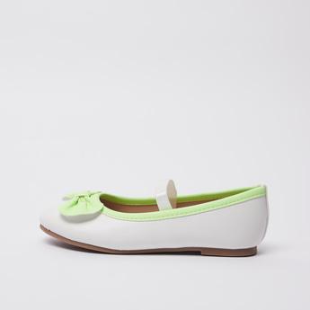 حذاء باليرينا بتفاصيل زخرفة فيونكة وشريطة مطّاطية