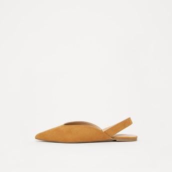 حذاء مسطح سادة بمقدمة مدببة وإغلاق مطّاطي