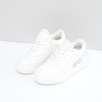 حذاء مقلّم برباط ودرزات
