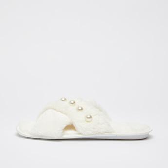 حذاء خفيف بحزام متقاطع وتفاصيل قطيفة و زخارف
