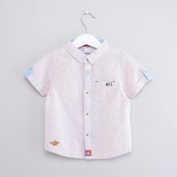 قميص مخطّط بأكمام قصيرة و تفاصيل جيب على صدر