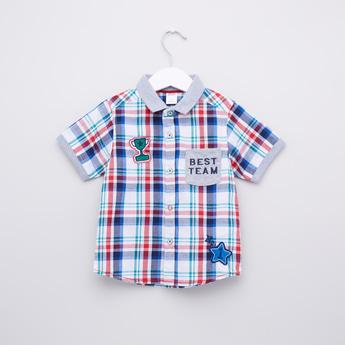 قميص كاروهات بأكمام قصيرة وأزرار
