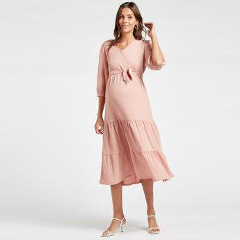 فستان للحوامل ميدي ملفوف ومتعدد الطبقات سادة بأكمام 3/4 وأربطة