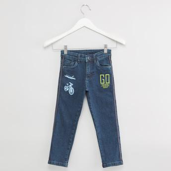 بنطلون جينز بتفاصيل جيوب وعراوي حزام وطبعات