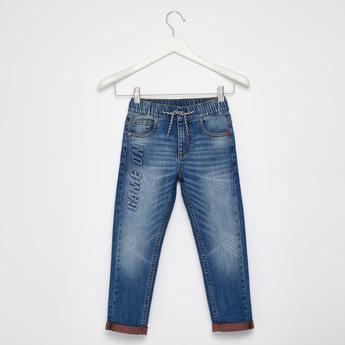 بنطلون جينز بقصّة مريحة وبـ 5 جيوب وخصر مطاطي