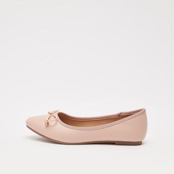 حذاء باليرينا سادة بمقدمة مدببة مع زينة فيونكة