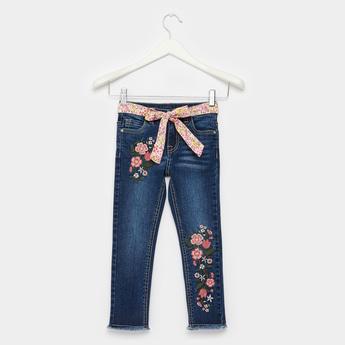 بنطلون جينز بتفاصيل مطرّزة وحزام وتفاصيل جيوب