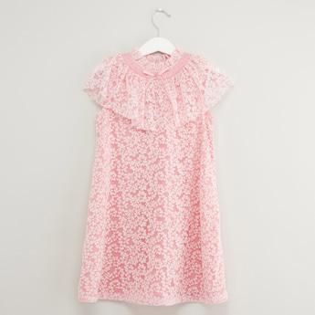 فستان بارز الملمس بدون أكمام وبياقة مستديرة وتفاصيل طبقة كشكش