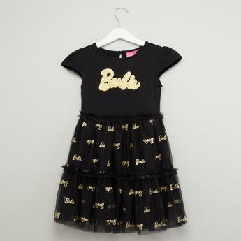فستان متعدد الطبقات بأكمام كاب وتزيينات وطبعات باربي