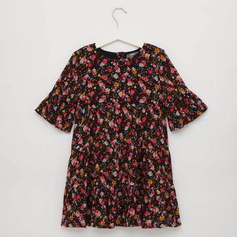 فستان طبقات بياقة مستديرة وطبعات زهور وأكمام طويلة
