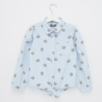 قميص مقلّم بياقة عادية وأكمام طويلة