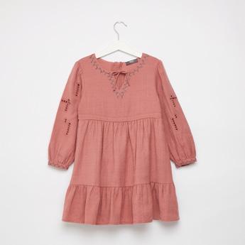 فستان طويل متعدد الطبقات مطرز بأكمام طويلة وأربطة