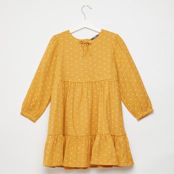 فستان ماكسي متعدد الطبقات بطبعات منقّطة وأكمام طويلة وأربطة