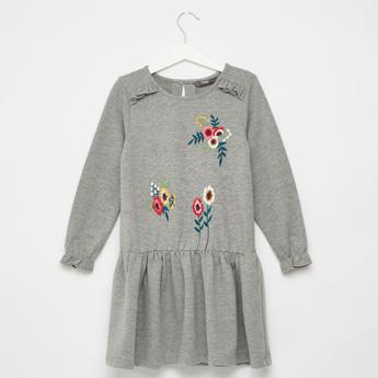 فستان بطول الركبة بتفاصيل مطرّزة مع أكمام طويلة وتفاصيل كشكشة