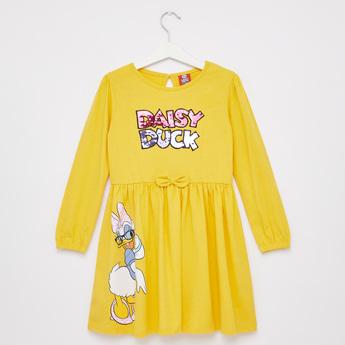 فستان قصير بطبعات ديسي داك و أكمام طويلة مزين بالترتر