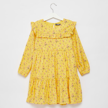 فستان قصير بطبقات وأكمام طويلة وتفاصيل كشكش وطبعات أزهار